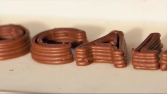 Шоколад слоями, нанесен принтером с шоколадом