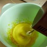 Шоколадный крем - взбиваем желтки